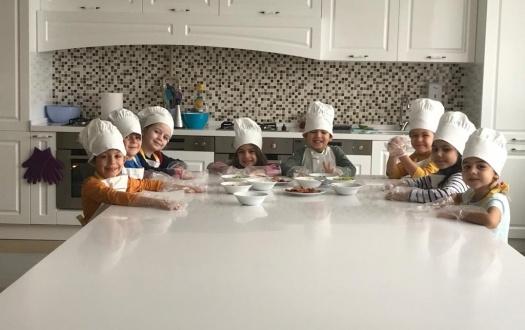 """Okulumuzun ana sınıfı öğrencileri yeni eğitim öğretim yılının ilk mutfak atölyesi etkinliğinde pizza yaptı. """"OUR KINDERGARDEN'S JUNIOR  CHEFS  ON DUTY """""""